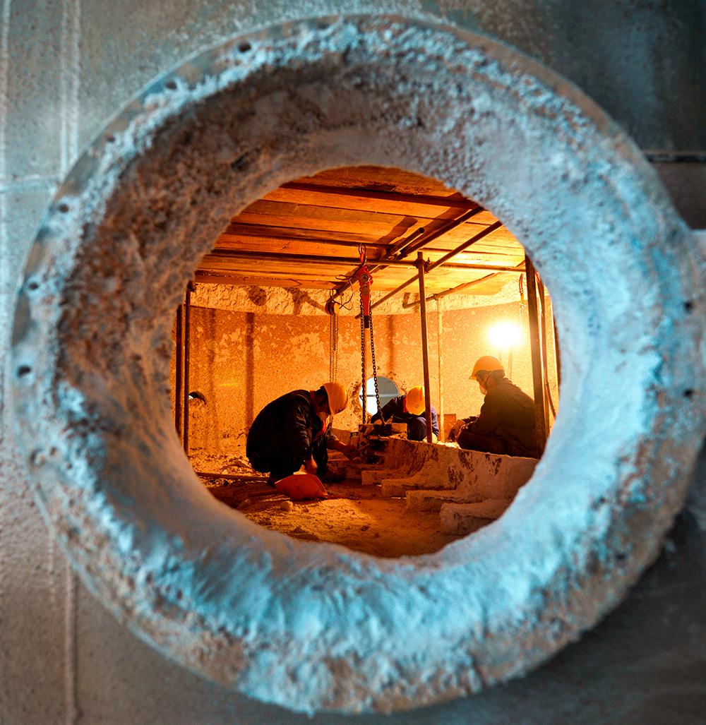 责任——职工在储罐中对沉积物进行清理